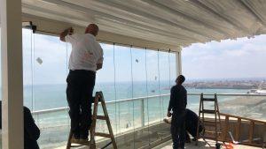 סגירת חורף למרפסת עם זכוכית